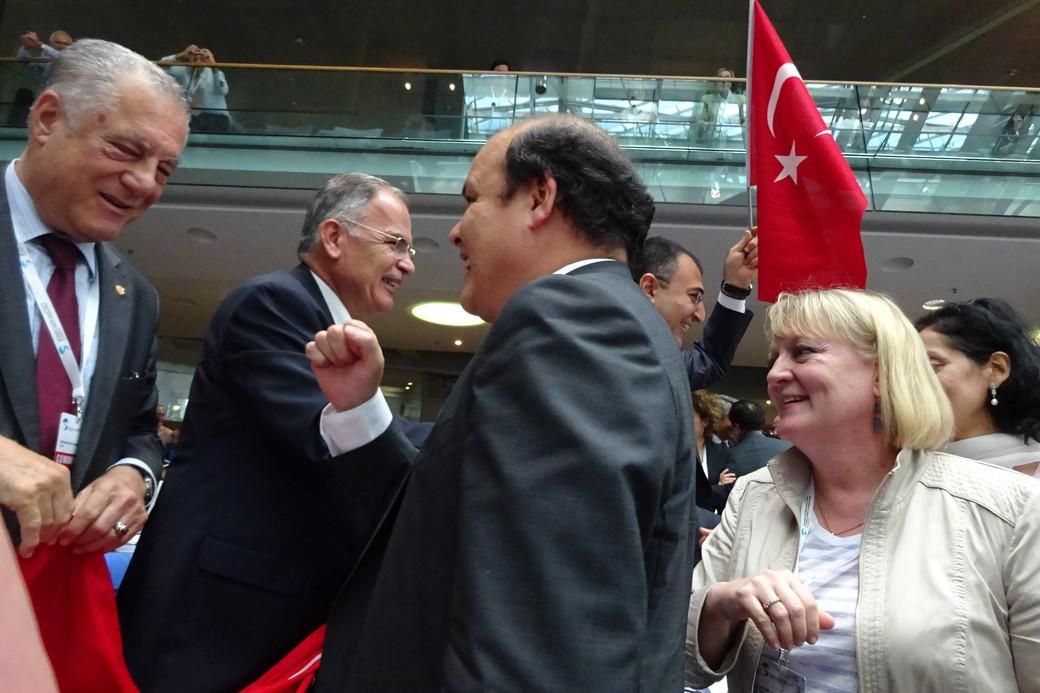 第39回世界遺産委員会での登録決議の瞬間 (ドイツ・ボンにて、2015)