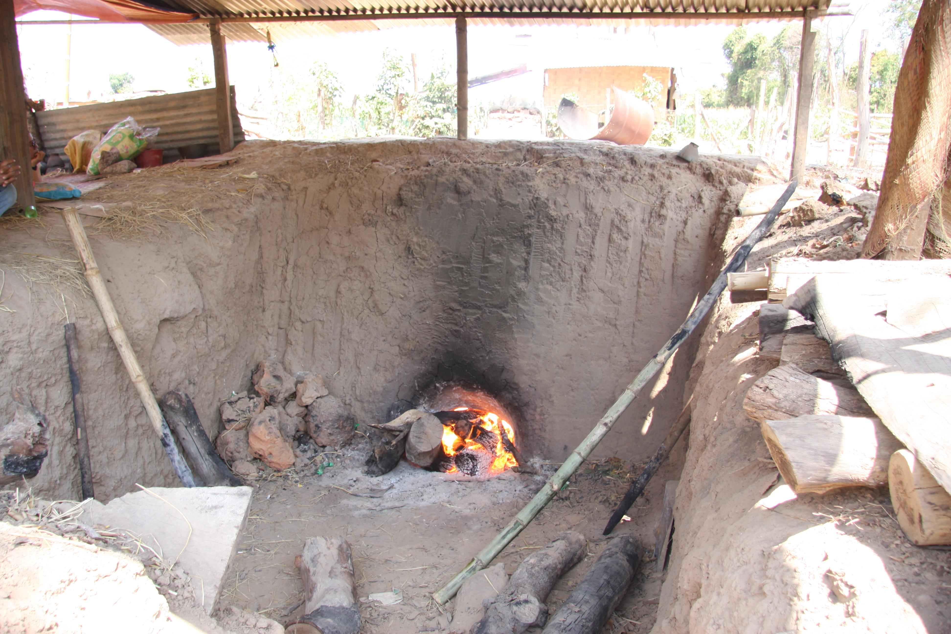 写真6 ノン・ボク村の窖窯で焼成する様子①(撮影:筆者)