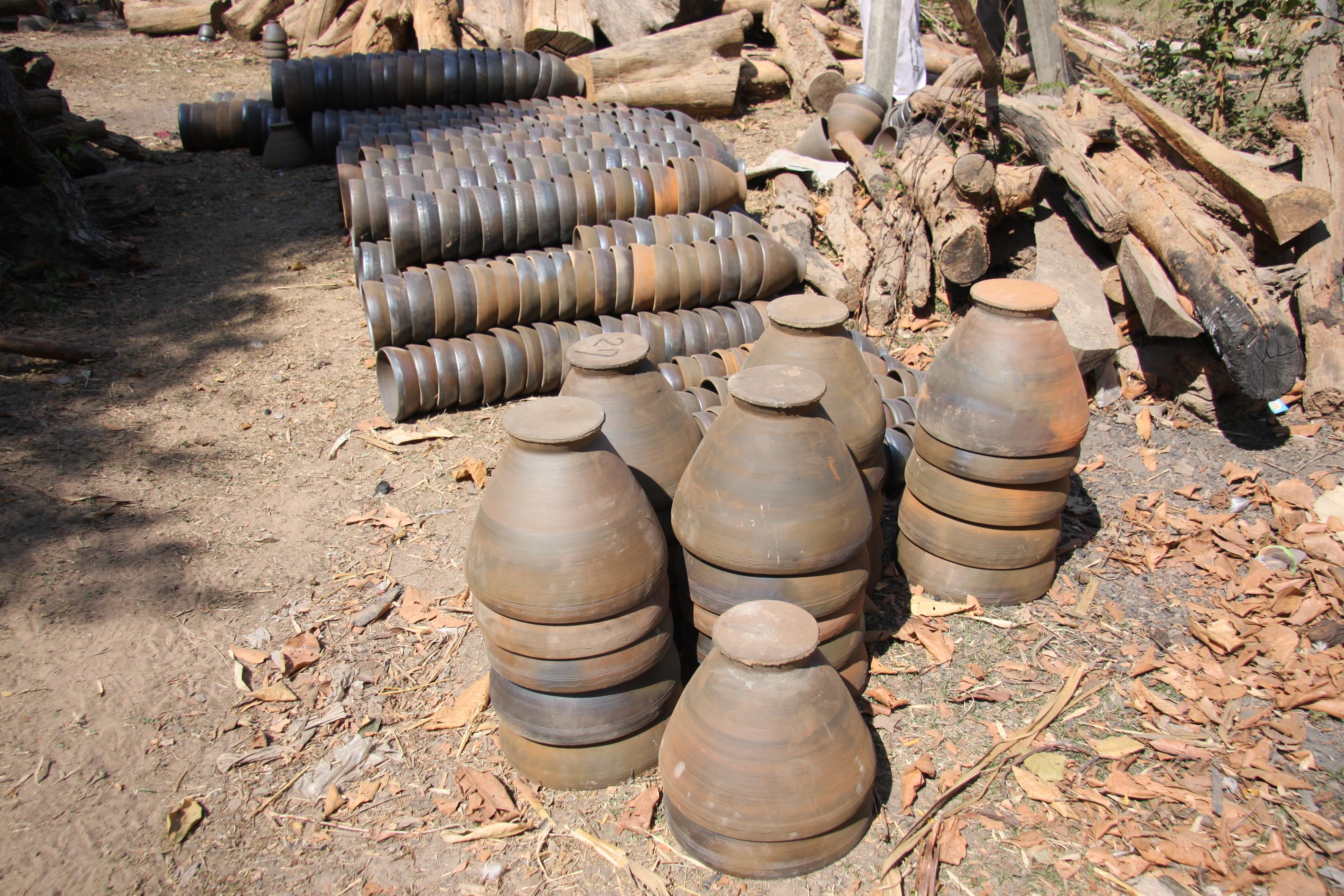 写真5 ノン・ボク村で出荷待ちの焼き締め陶器(すり鉢)(撮影:筆者)