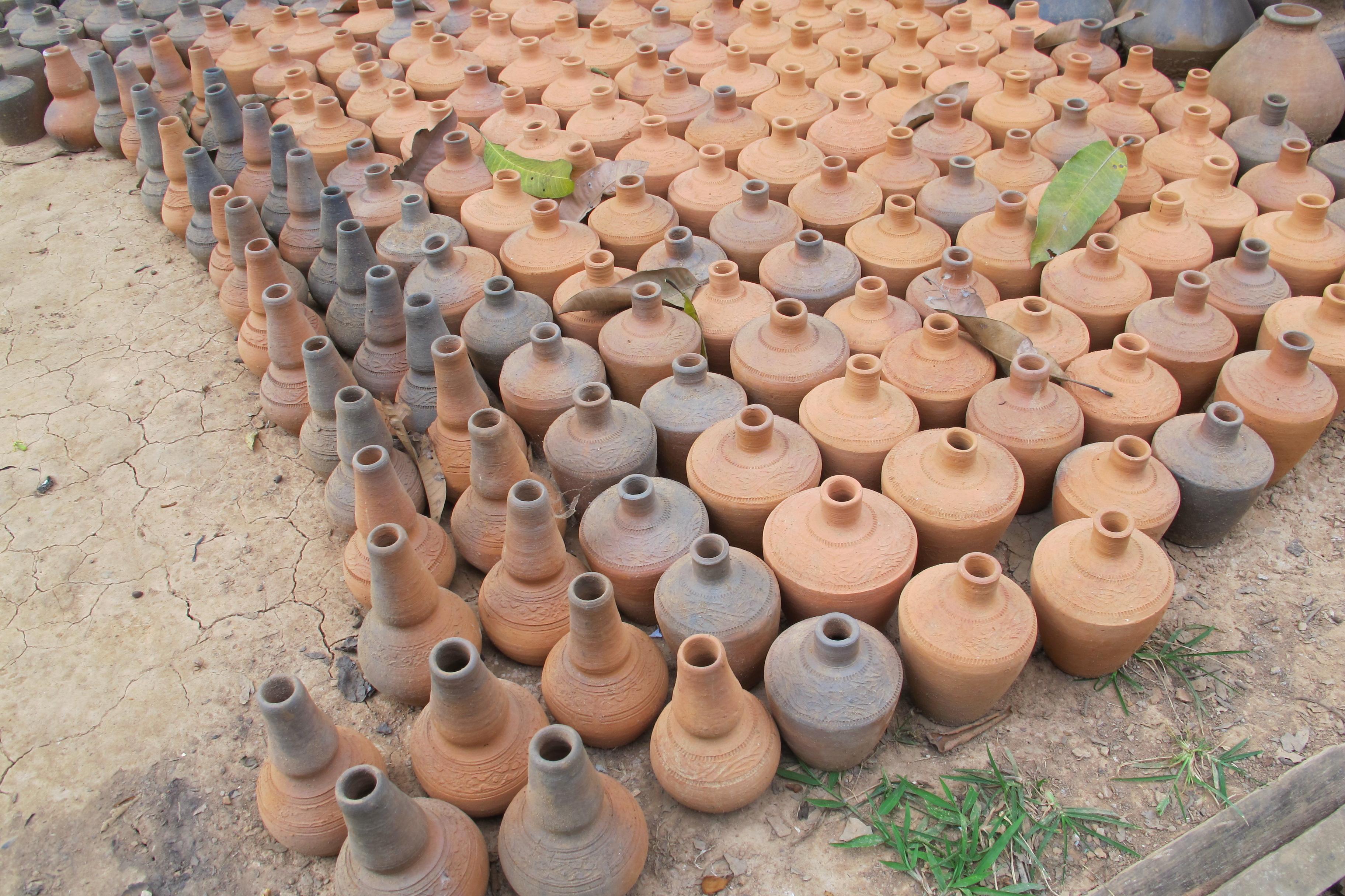 写真12 チャン村の焼きの不十分な焼き締め陶器(撮影:筆者)