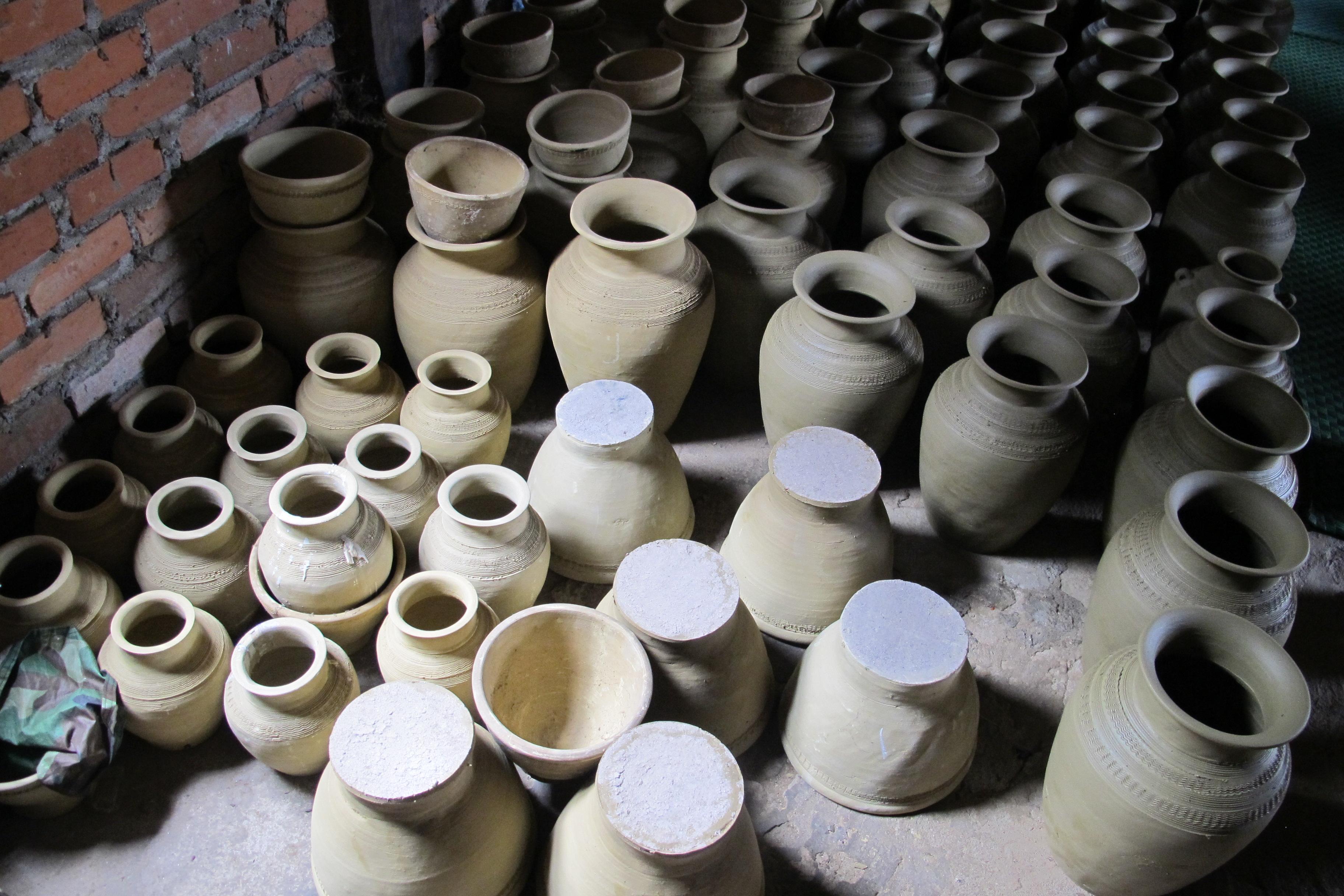 写真9 ルー村 室内で土器を乾燥させる(撮影:調査団員)