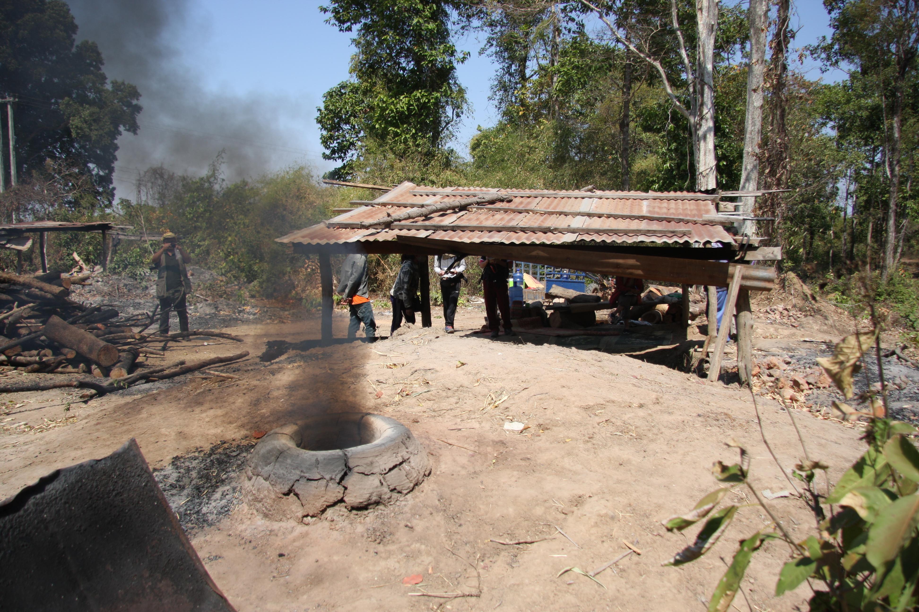 写真7 ノン・ボク村の窖窯で焼成する様子②(撮影:筆者)