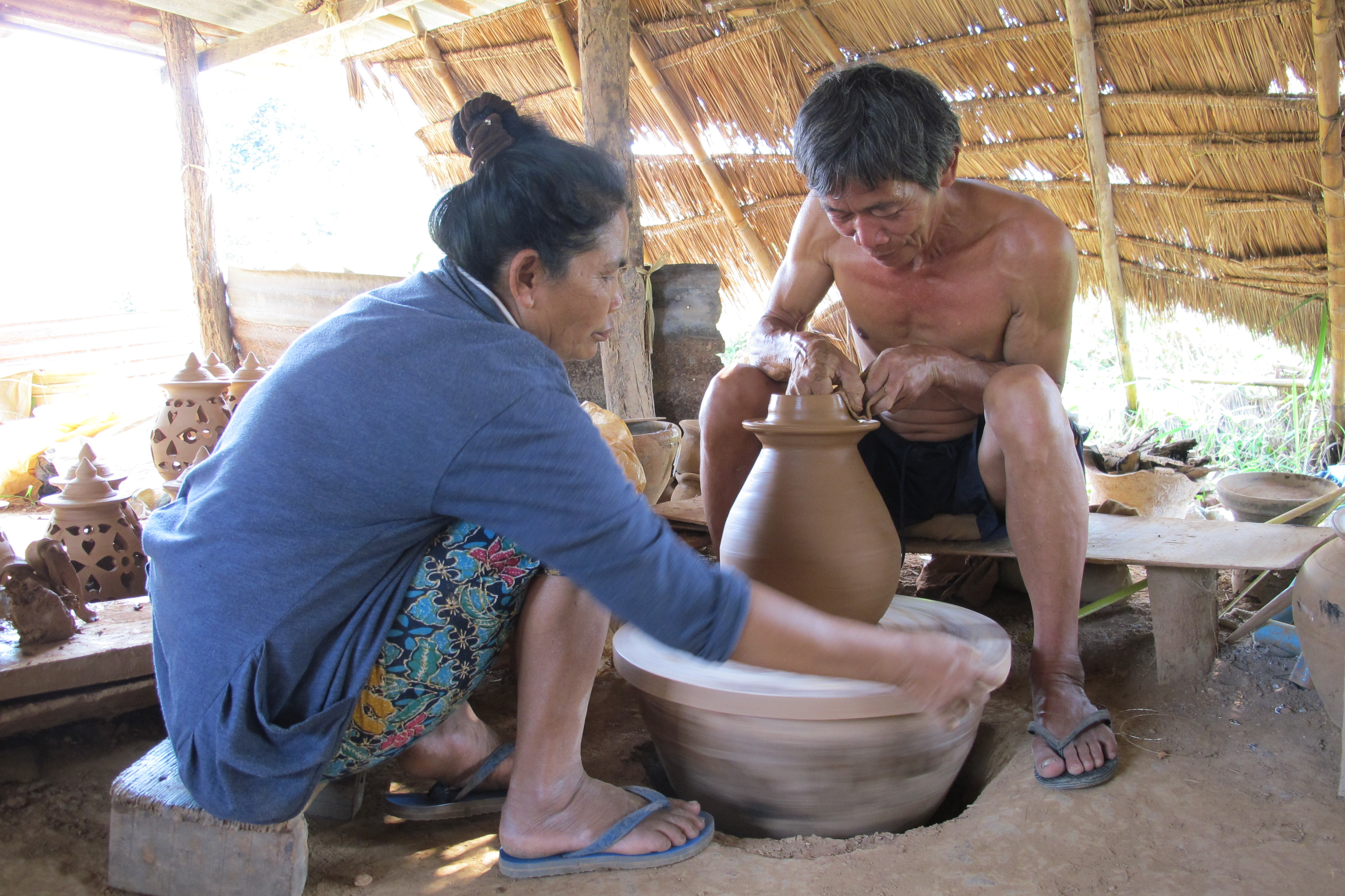 写真11 チャン村での土器作りの様子(撮影:調査団員)
