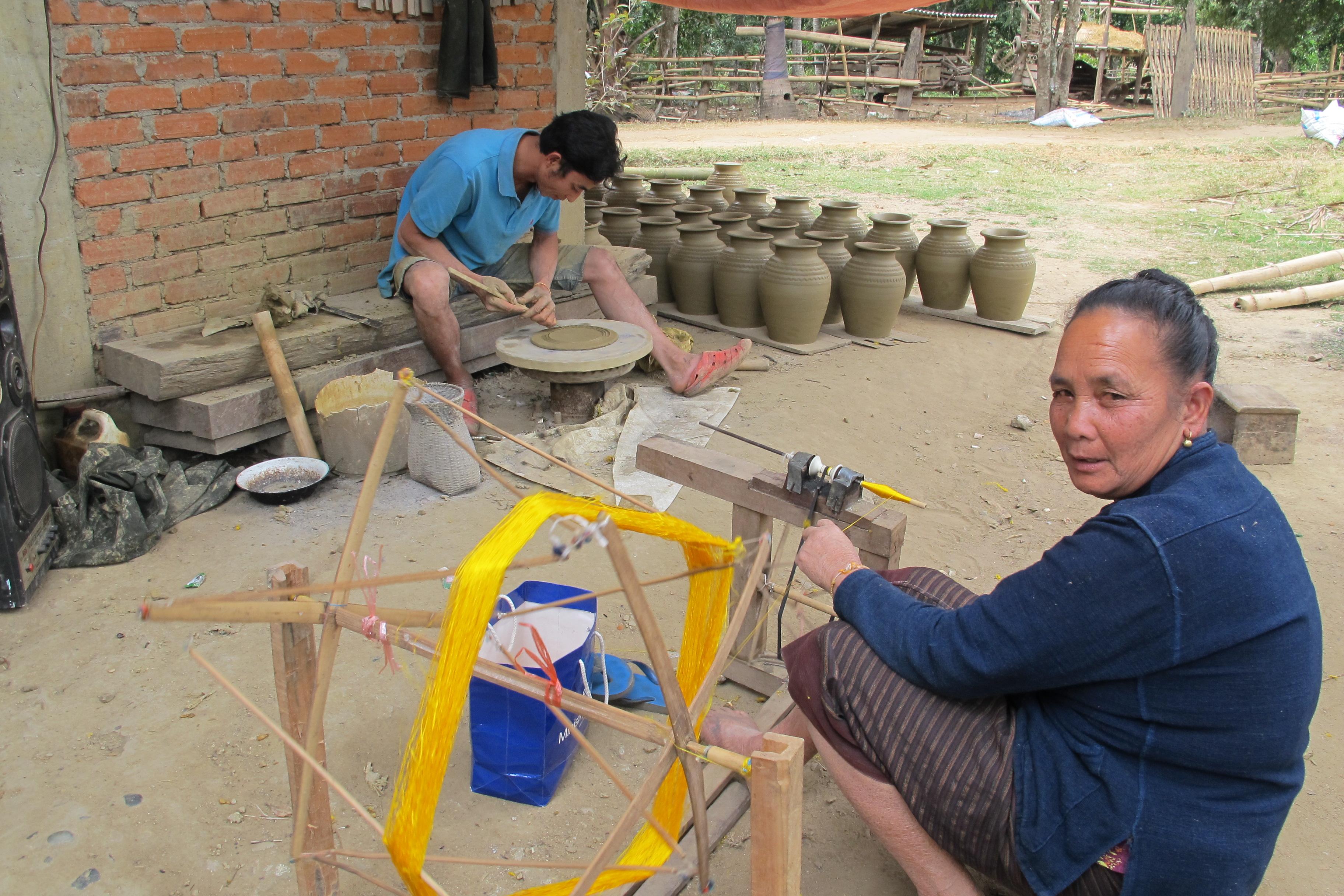 写真8 ルー村での土器づくりの様子(撮影:調査団員)